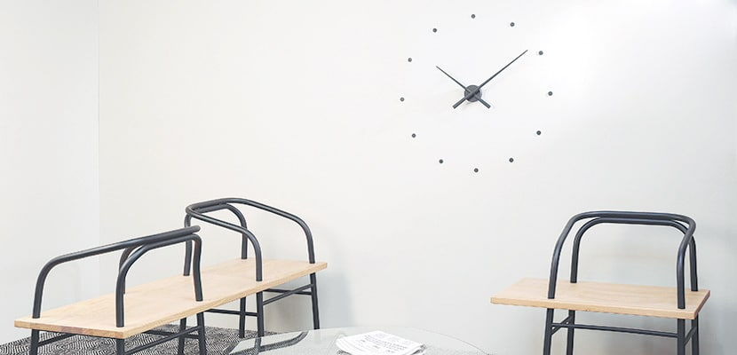 reloj de diseño para tu hogar en estudio ambiente